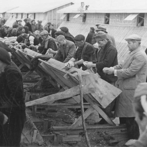 La camp de Bram: la toilette, 26 février 1939 photographe Rougé 2 FI 818/57
