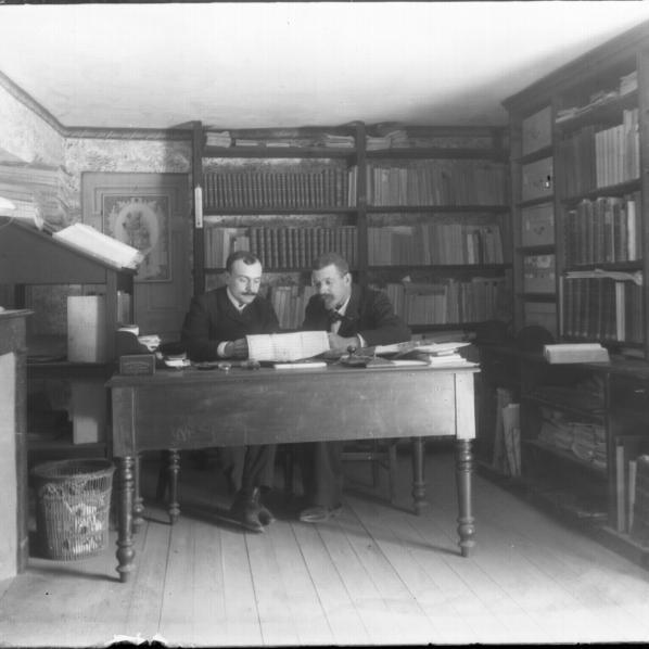 L'archiviste Joseph Poux dans son bureau