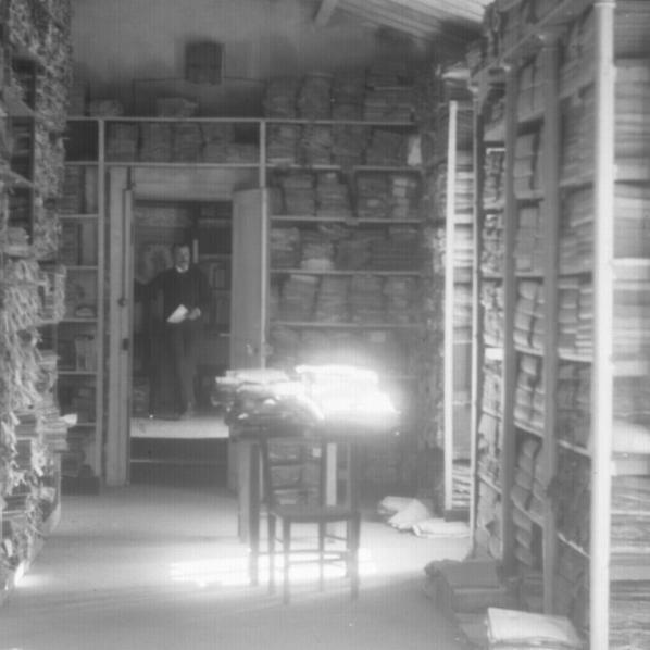 5 Fi 164Archives départementales de l'Aude., s.d. [v. 1902], Salle du second étage sur la rue avec vue en enfilade sur le cabinet de l'archiviste, Joseph Poux. photo de Couverture