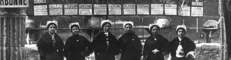 Groupe de femmes devant , les 12 pancartes symbolisant les degrés de patience du thermomètre des « meurt de faim » du Midi.