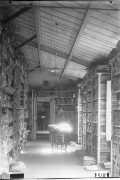5 Fi 164Archives départementales de l'Aude., s.d. [v. 1902], Salle du second étage sur la rue avec vue en enfilade sur le cabinet de l'archiviste, Joseph Poux.