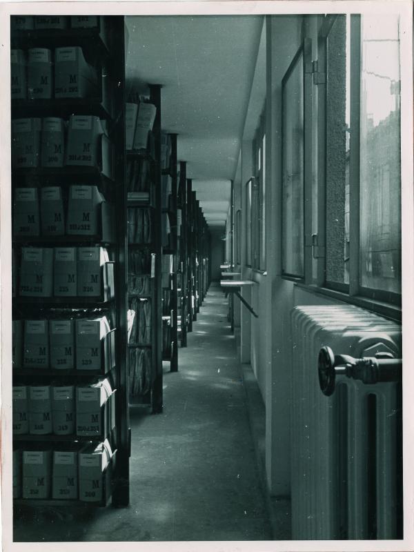 2 Fi 1653 Carcassonne : les rayonnages du bâtiment des Archives départementales au 48 rue Jean Bringer. Photographie noir et blanc. 18 cm x 24 cm.1944