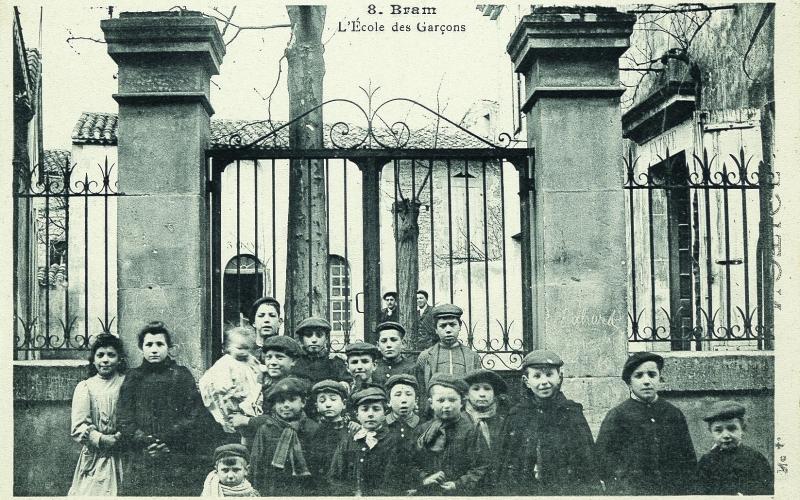 F°6/101, Bram, devant l'école de Garçons, carte postale des Frères Palau